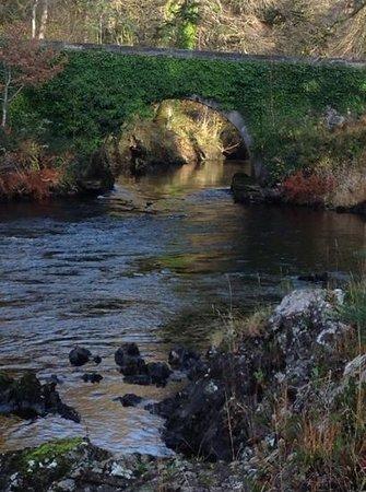 Ballynahinch Castle Hotel : Floden utanför hotellet