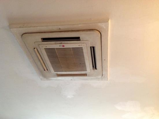 Planet One Hotel and Wellness: ac unit in the ceiling