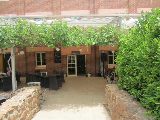 Junee Licorice & Chocolate Factory: The courtyard, great atmosphere for outdoor dining and music
