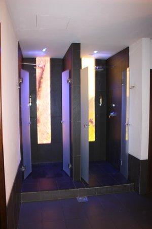 Mandala Day Spa : les douches des vestiaires