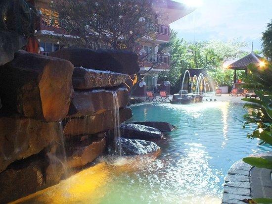 Bella Villa Cabana: Бассейн с водопадом