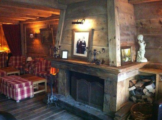 Au Coeur de Megeve : La cheminée du salon