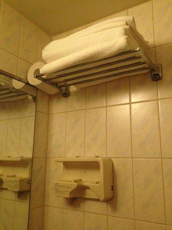 Hotel Shinsaibashi Lions Rock: 2nd roll toilet paper