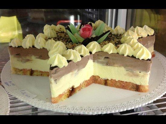 Torta semifreddo bacio e crema foto di le streghe for Decorazione torte con wafer