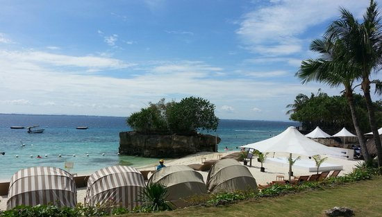 Acqua at Shangri-La's Mactan Resort & Spa: the beach front and cabanas