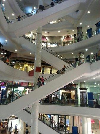 """Grande Centre Point Terminal 21 : Einkaufszentrum """"Terminal 21"""" direkt unter dem Hotel"""