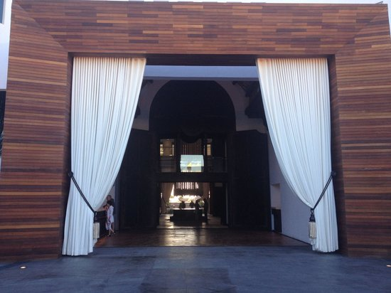 Cabo Azul Resort: Lobby view from street