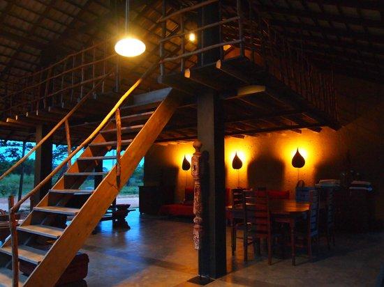 Kumbukgaha Villa : the dining and common area