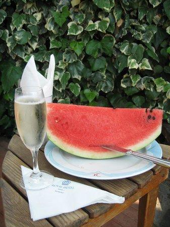 Royal Hotel Sanremo : Просекко с арбузом на пляже у бассейна