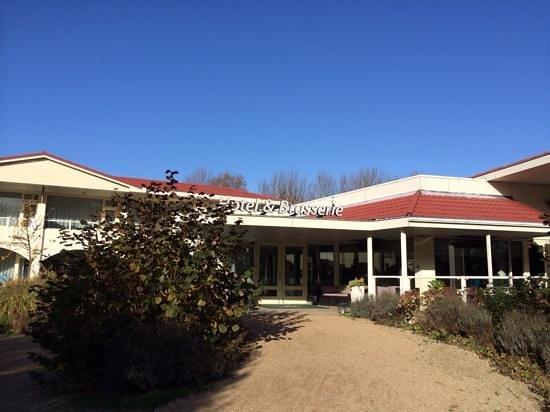 Hampshire Hotel - Renesse: het hotel en de tuin