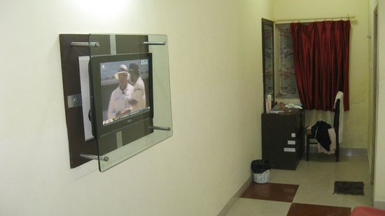 Lilavati Guest House: Wall mounted TV