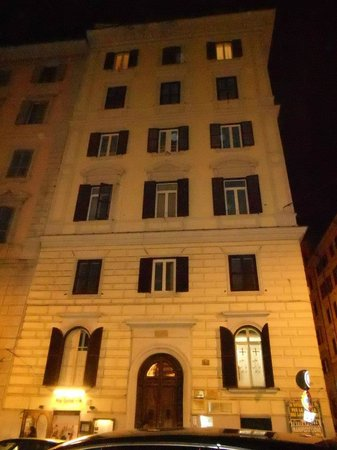The Five Oscars Inn : Outside view of the hotel