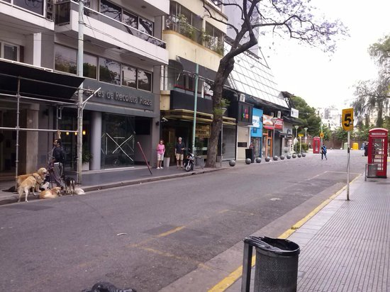 Ayres de Recoleta Plaza: frente do hotel - ao final da quadra o ceminterio