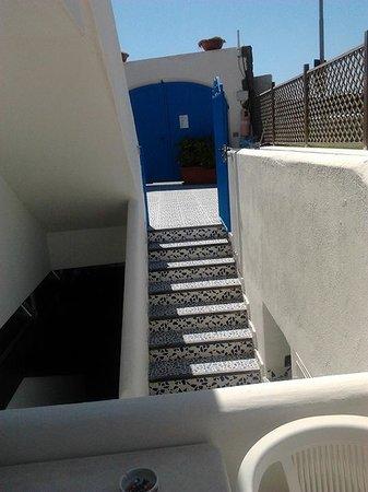 La Rotonda Sul Mare: Внутренний дворик с воротами,спуск в бар