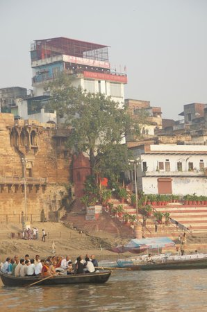 A Palace on the River, Rashmi Guest House: Hotel with rooftop view! Taken from Ganges