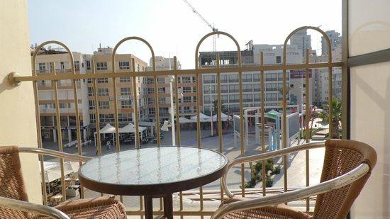 Hotel KiKar : The Square Atzmaaut