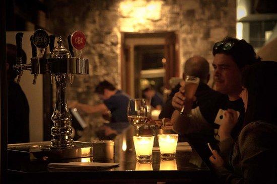Engruna Eatery: Enjoying a craft beer at the bar