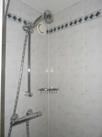 Holiday Inn Express Cardiff Bay: Small shower