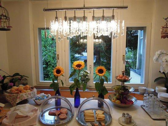 Hotel Rugenpark B&B: Linda mesa de café da manhã