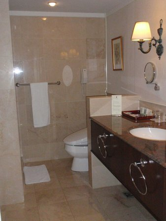 Imperial Hotel Taipei: Bath Room and Washlet