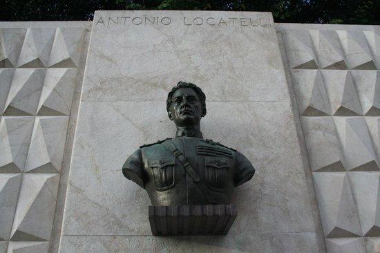 Fontana ad Antonio Locatelli: busto