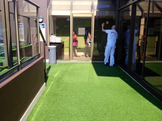 Vibe Hotel Sydney: Smoking area/pool entrance