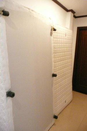May de Ville Old Quarter Hotel : les matelas devant la porte de la chambre c'est degueux