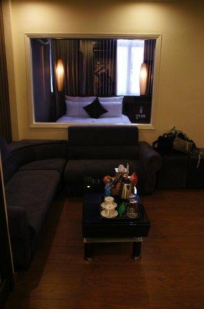Golden Art Hotel: Huiskamer met doorkijk slaapkamer