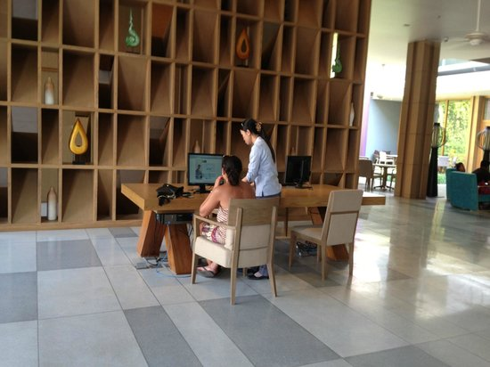 Holiday Inn Express Phuket Patong Beach Central: Two free internet stations