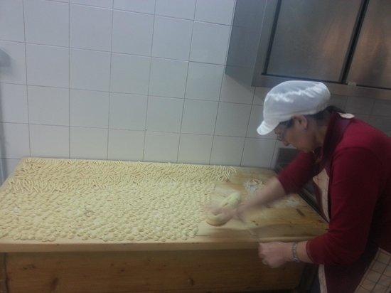 """Azienda Agrituristica Scalelle: La signora Anna Rita che lavora la pasta fresca""""orecchiette e maccheroni"""".Vi aspetta nella sua a"""