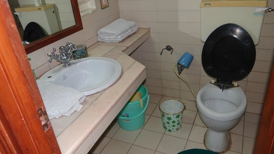Jaipur Inn: bath room