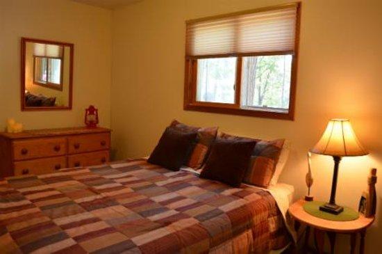 Tall Timbers Resort: Hillside Cabin Master Bedroom