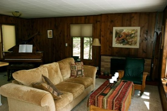Tall Timbers Resort: Main house Living Room