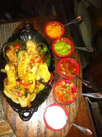 Houston's Restaurant : chicken fajitas