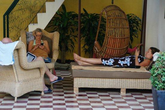 Golden Banana Bed & Breakfast & Boutique  Hotel: Relax ruimte bij zwembad