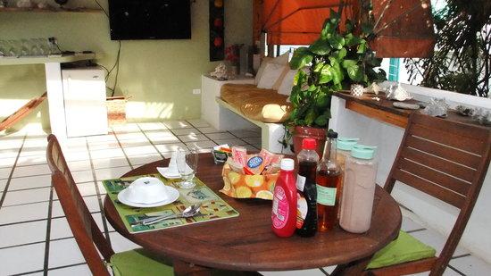 Posada Sol & Luna: La terraza lista para recibir a los comensales en su desayuno!