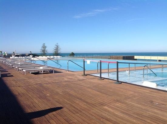 La piscina sul mare picture of parador de cadiz cadiz for Piscina cadiz