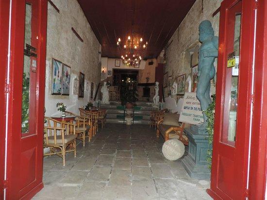 Kiniras Hotel: Entree en binnentuin
