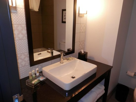 Country Inn & Suites By Carlson, Springfield: Modern Bathroom