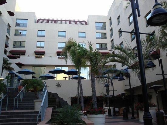 JW Marriott Santa Monica Le Merigot: Внутренний двор отеля
