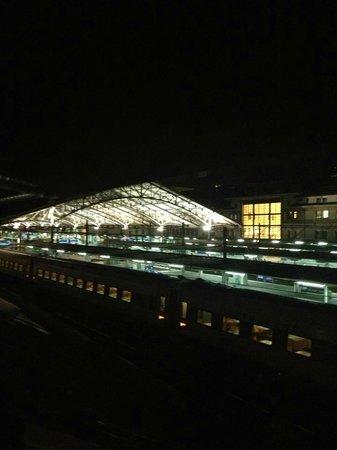 Hotel AlaGare: Vue de la gare depuis la chambre