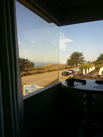 Cambria Landing Inn & Suites: Looking up the coast from Panorama Window