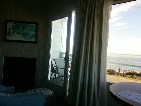 Cambria Landing Inn & Suites: Fireplace and view