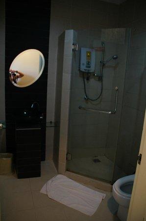 KK Suites Hotel: Badkamer