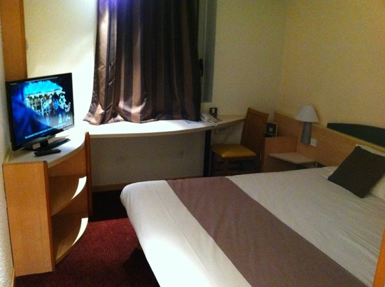 Best Hotel Annecy: chambre 102 grand lit, grande tv