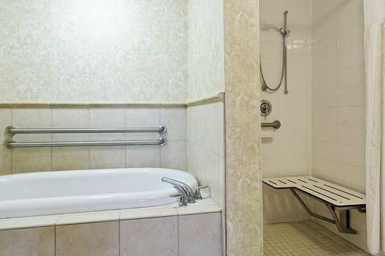 Hilton Garden Inn Beaufort: Accessible Roll-In Shower