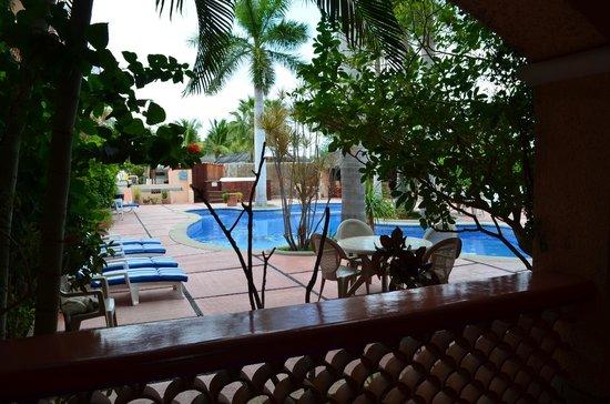 Los Barriles Hotel: Sillas de sol y alberca con chapoteadero