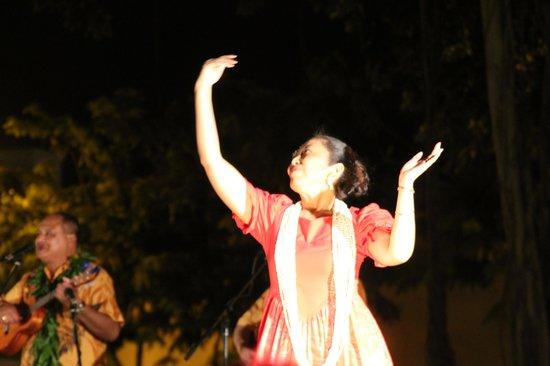 Kuhio Beach Torch Lighting & Hula Ceremony: Dancer