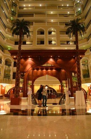 Crowne Plaza Hotel Antalya: Вид отеля внутри