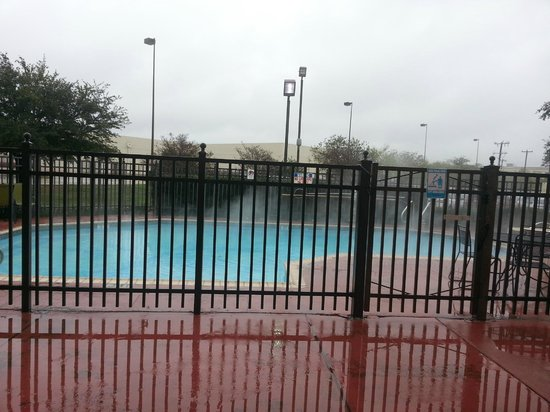 Red Roof Inn San Antonio West Sea World: Steam coming off of heated pool - it was freezing!